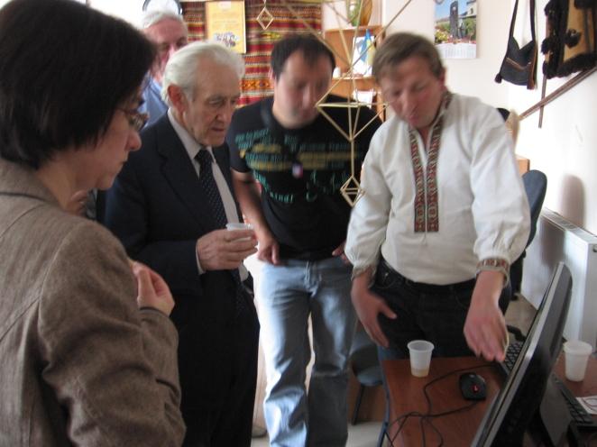 Пан Ігор демонструє присутнім карти Бойківщини