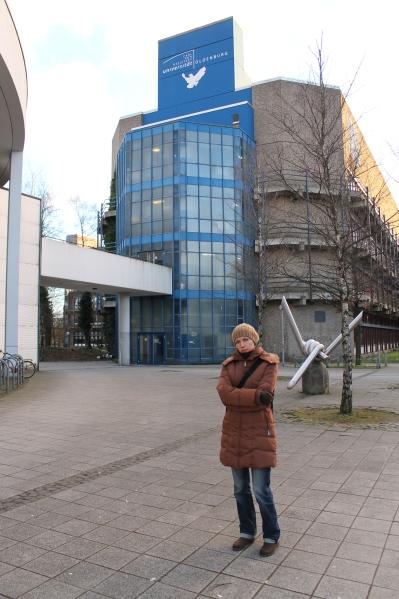 Наталя на фоні університету, який був для неї рідним 7 років