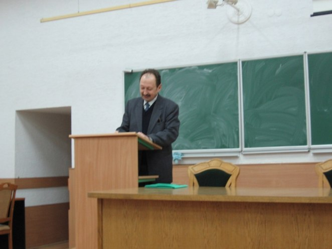 Професор Ігор Половинко читає лекцію