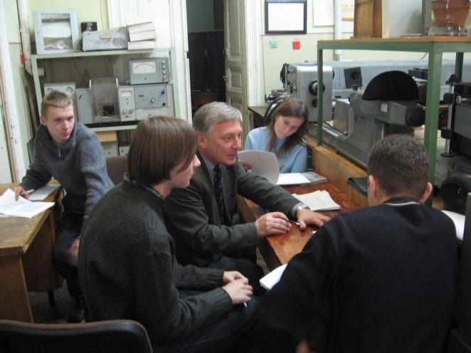 Доцент Ігор Матвіїшин проводить лабораторні заняття