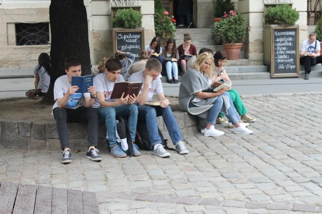 Протестантська молодь Львова читає Біблію в центрі міста. 2017 рік.